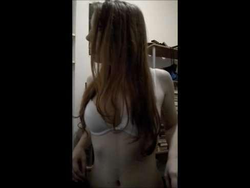 Vídeo da novinha cheia de fogo na mamada gulosa