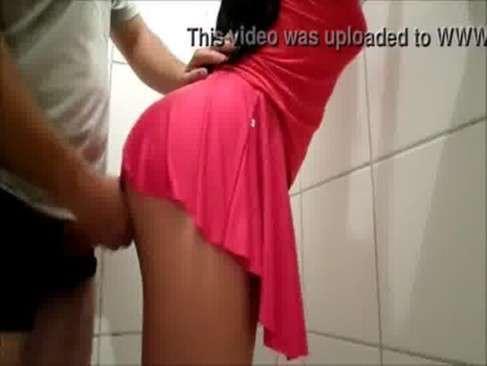 Safada de saia se esfregando na pica do marido