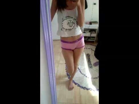 A jovem tímida de calcinha colorida bolinando a perereca