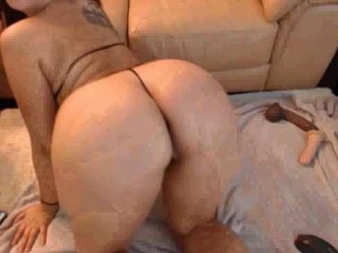 A bunduda cheia de tesão na webcam se masturbando