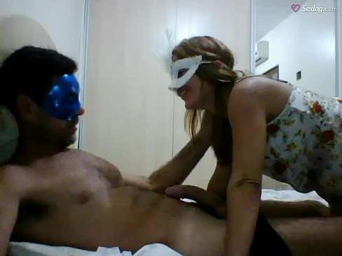 Casal de máscara em video amoroso de penetração
