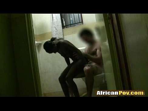 Fudendo com negra no banheiro