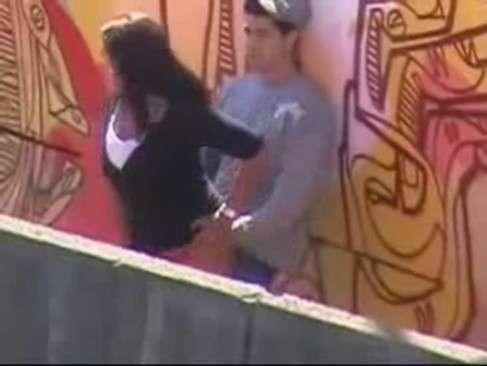 Flagra casal amador na passarela trepando