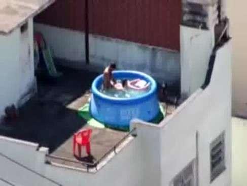 Flagrou o seu amigo vizinho em foda na piscina