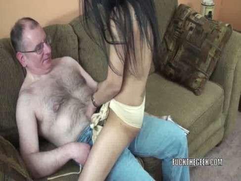 Ninfeta senta no colo do amigo papai e transa
