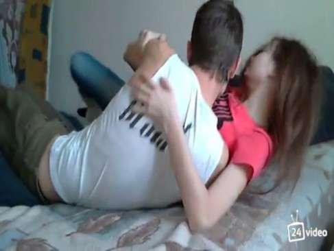 Novinho comendo a namorada amadora