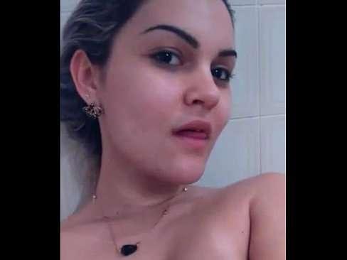 Loira safadinha se mostrando pelada no banheiro
