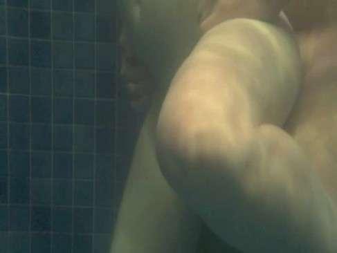 Fudendo dentro da piscina