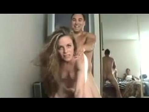 Corno olhando sua mulher com outro no ato sexual