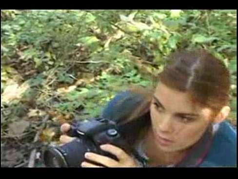 A fotografa é estuprada no meio da mata