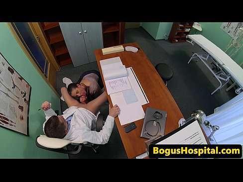 Safada dando pro seu ginecologista no consultório