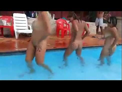 Bebadas gostosas na piscina dançando peladas