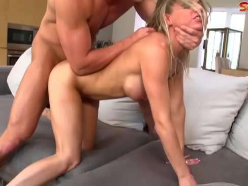Loirinha gosta de fazer sexo com força e tesão