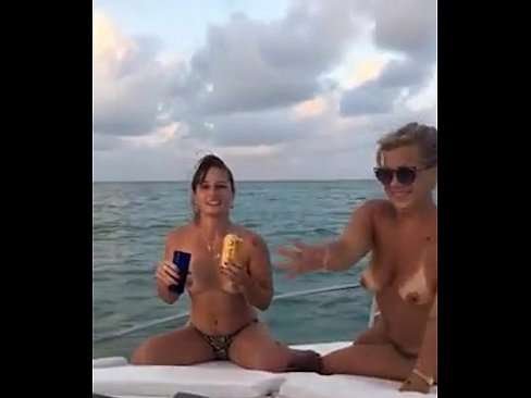 Mulheres gostosas peladas na lancha curtindo a vida