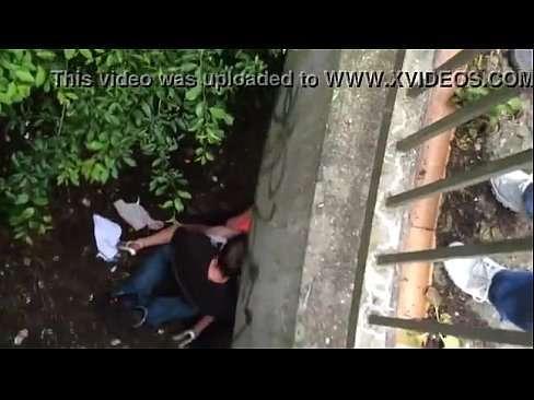 Flagra de casal fazendo sexo debaixo de uma ponte