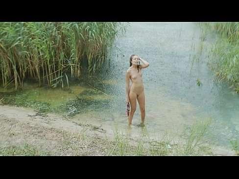 Safada magrinha na beira do rio peladinha