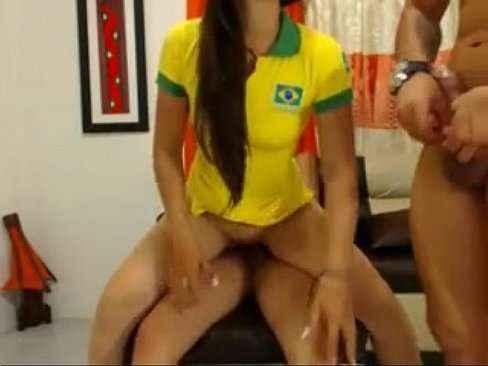 Brasileira safada fodendo com dois