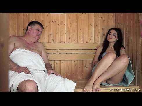 Coroa divide sauna com ninfeta e faz sexo