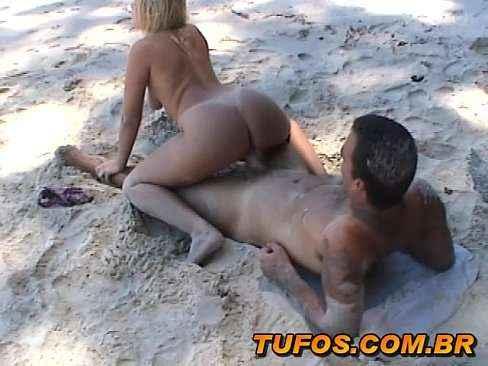Casal fazendo sexo no meio da praia