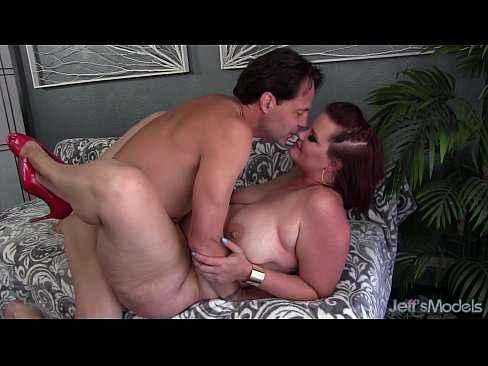 Gordinha peituda fazendo sexo