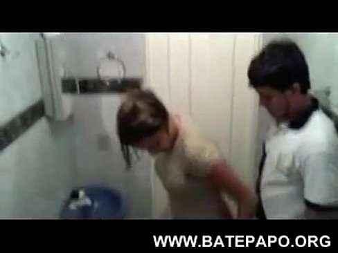 Prima fazendo sexo dentro banheiro com o primo