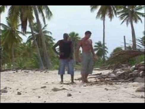 Safada dando a buceta pra dois caras na praia