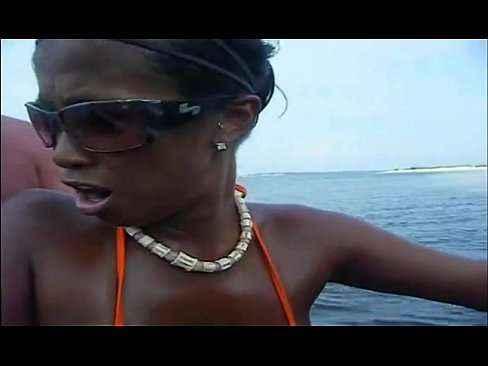 Comendo a neguinha no barco e filmando tudo
