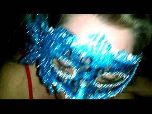 Esposa de mascara fazendo boquete