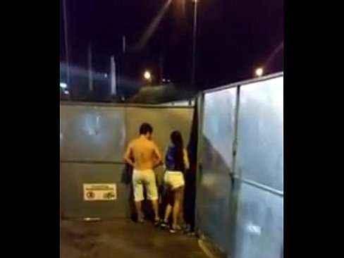 Casal amador fazendo sexo no meio da rua