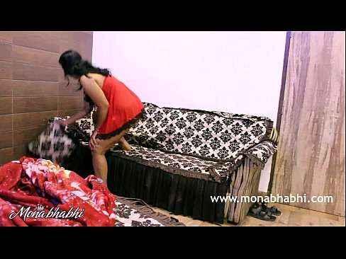 Casal trasando em cima do sofá