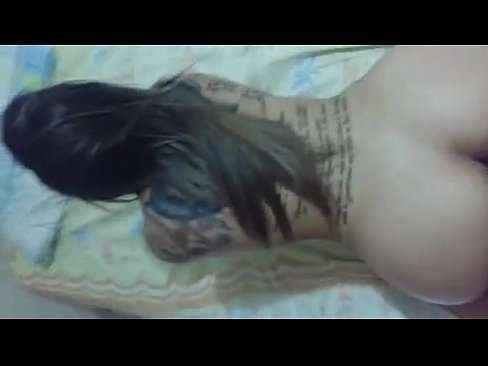 Delícia de mulher tatuada empinando e dando gostoso