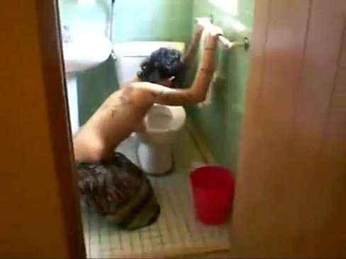 Comendo a prima bebada no banheiro