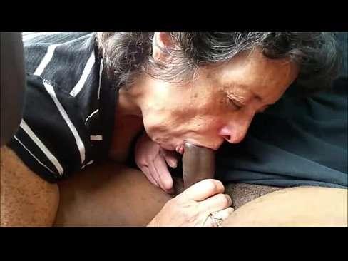 Velha safadona caindo de boca na rola grande