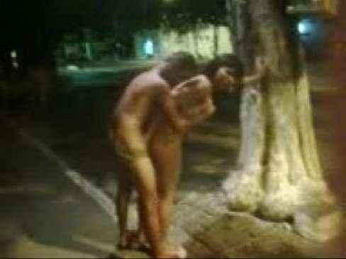 Travesti liberando cu ao garotão embaixo da árvore