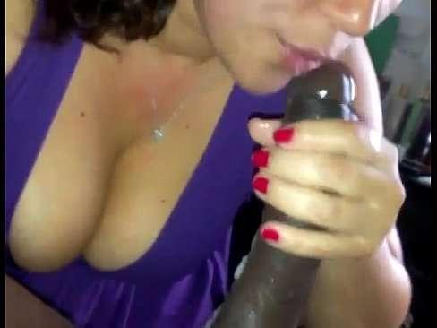 Mulher fazendo chupeta na pica preta do negão