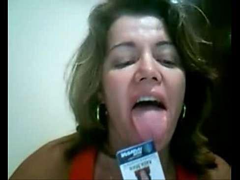 Coroa gostosa batendo siririca na frente da webcam