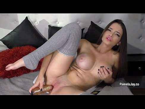 Garota gostosa na webcam enfiando consolo na xoxota