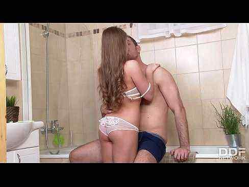 Fodendo a bucetinha da prima no banheiro