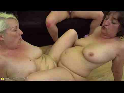Coroas lésbicas fazendo sexo