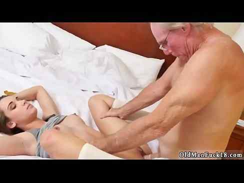 Netinha gostosa dando pro avó