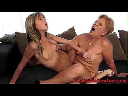 Mãe e filha se chupando gostoso no sexo lésbico