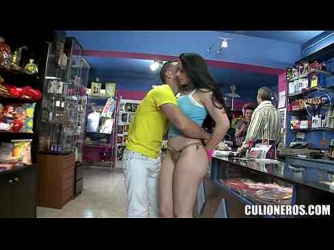 Sex shop safadona fodendo bem gostoso na pica grande